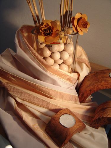 Dekoration: Gardine, Stoff, Kerzen, Vase, Holz, Kugeln